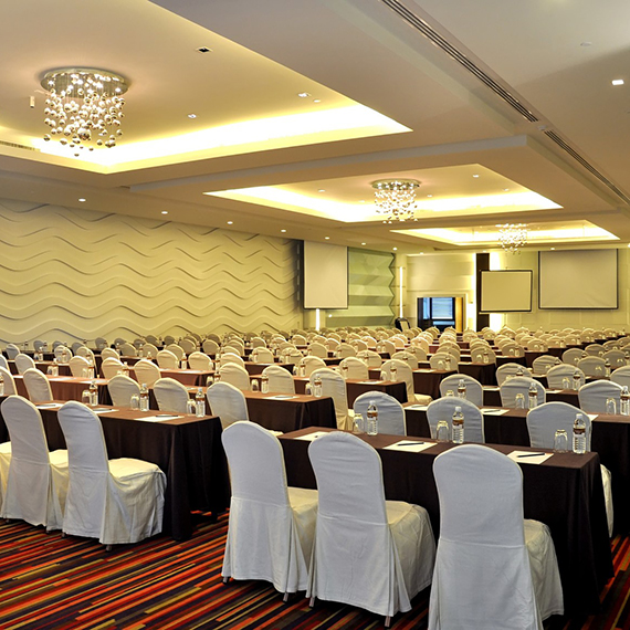 A contemporary conference room and event space for a maximum of 350 people. It is easily divided into three sections for smaller meetings, workshops or receptions. Extras include five booths for simultaneous interpretation, and an exhibition area.